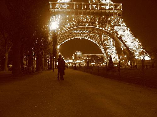 http://bistrochic.net/wp-content/uploads/2009/02/paris-romance.jpg